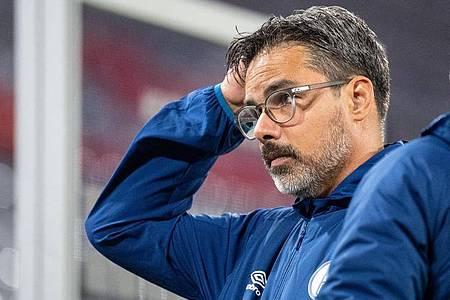 Schalke-Trainer David Wagner steht gegen den SV Werder Bremen gewaltig untrer Erfolgsdruck. Foto: Matthias Balk/dpa