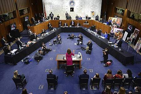 Amy Coney Barrett wird bei einer Anhörung am 12. Oktober vor dem Justizausschuss des Senats auf dem Capitol Hill vereidigt. Foto: Kevin Dietsch/AP UPI/dpa