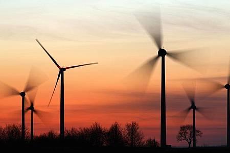Windräder drehen sich in Sachsen-Anhalt. Wie geht es weiter mit alten Windkraftanlagen, die bald aus der Förderung fallen? Ein runder Tisch will beraten. Foto: Jan Woitas/dpa-Zentralbild/dpa