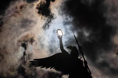 Dramatische Wolken über der Siegessäule in Berlin. Foto: Christoph Soeder/dpa