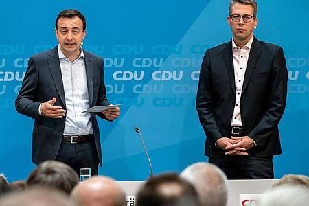 CDU-Generalsekretär Paul Ziemiak (l) neben seinem Amtskollegen von der CSU, Markus. Foto: Michael Kappeler/dpa