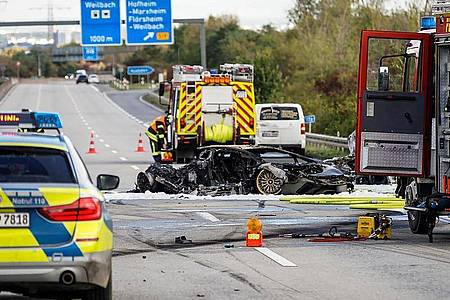 Feuerwehrfahrzeuge stehen bei einem ausgebrannten Fahrzeug auf der Autobahn 66. Bei einem Unfall auf der Autobahn 66 bei Hofheim am Taunus ist ein Mensch ums Leben gekommen. Foto: Robin von Gilgenheimb/Wiesbaden112.de/dpa