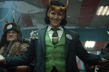 Loki (TomHiddleston, M) bekommt eine eigene Miniserie beim Streamingdienst Disney+. Foto: Marvel Studios/Disney+/dpa