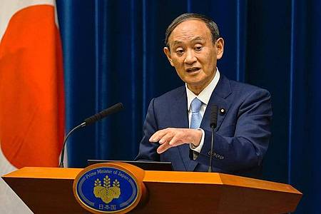 Japans Ministerpräsident Yoshihide Suga will Medienberichten zufolge zurücktreten. Foto: Kimimasa Mayama/Pool EPA/AP/dpa