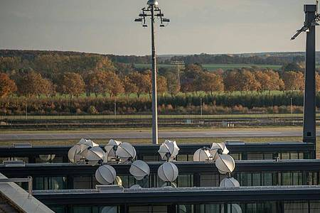 Das Objekt «Gadget» des Künstlers Olaf Nicolai vor Terminal 1 des Flughafens Berlin Brandenburg. Foto: Michael Kappeler/dpa
