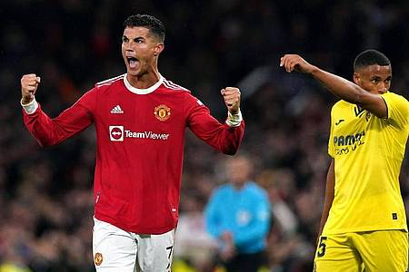 Cristiano Ronaldo (l) führte Manchester United zum Sieg gegen den FC Villarreal. Foto: Martin Rickett/PA Wire/dpa