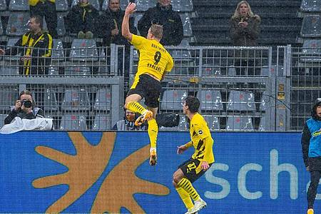 Dortmunds Torjäger Erling Haaland (l) bejubelt mit Mannschaftskamerad Giovanni Reyna sein Tor zum 1:0. Foto: Guido Kirchner/dpa