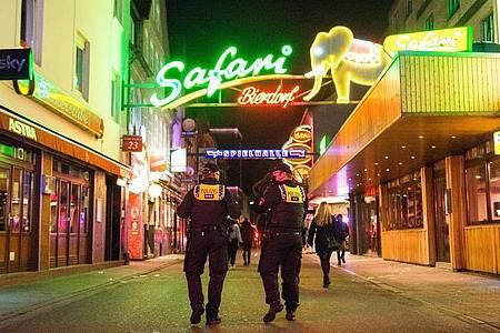 Polizisten kontrollieren die Sperrstunde auf der Reeperbahn. Foto: Daniel Bockwoldt/dpa