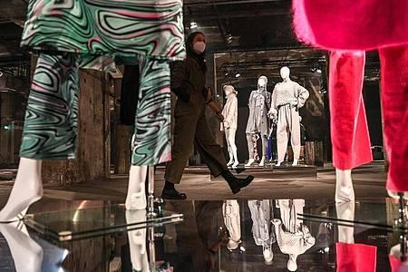 Eine Gruppenausstellung verschiedener Designer ist im Berliner Salon im Rahmen der Mercedes-Benz Fashion Week für die Herbst-/Wintersaison 2021/2022 im Kraftwerk in der Köpenicker Straße. Foto: Jens Kalaene/dpa-Zentralbild/dpa