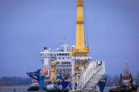 Das russische Rohr-Verlegeschiff «Akademik Tscherski» im Wismarer Seehafen. In der Bundesregierung sorgt der weitgehende Sanktionsverzicht der USA erst einmal für Aufatmen. Foto: Jens BŸüttner/dpa-Zentralbild/dpa