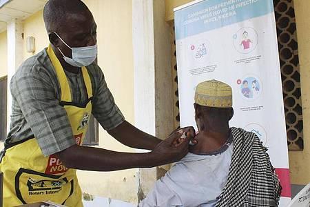 Einem Mann erhält im Gaube Comprehensive Primary Health Care Center in Abuja eine Dosis des Corona-Impfstoffs von Moderna. Foto: Gbemiga Olamikan/AP/dpa