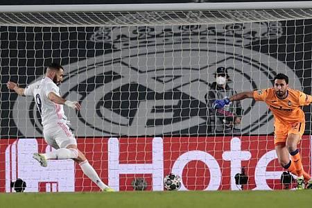 Real Madrids Karim Benzema (l) erzielte den Führungstreffer gegen Atalanta Bergamo. Foto: Bernat Armangue/AP/dpa