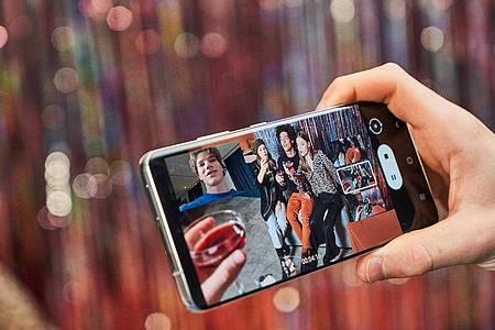 Bei Samsungs Galaxy-S21-Smartphones lassen sich die Bilder der Kameras kombinieren - zum Beispiel für Videos aus mehreren Perspektiven. Foto: Samsung/dpa-tmn