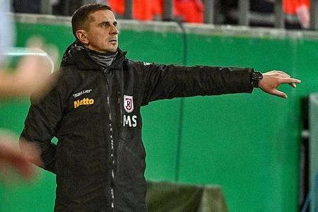 Trainer Mersad Selimbegovic glaubt an die Chance von Jahn Regensburgs im Pokal gegen Werder Bremen. Foto: Armin Weigel/dpa
