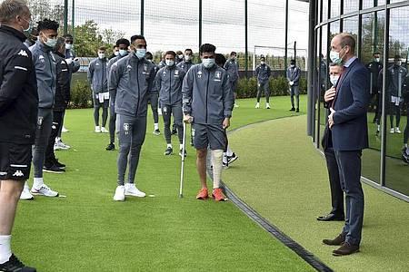 Der britische Prinz William (r.) im Gespräch mit den Spielern von Aston Villa. Foto: Rui Vieira/AP Pool/dpa