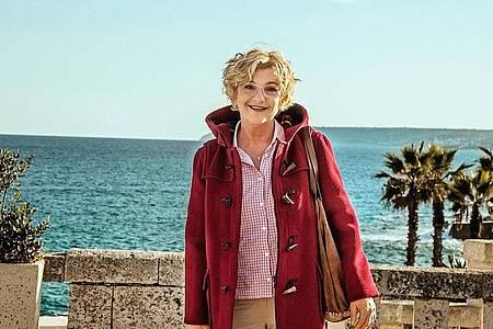 Weltenbummler-Nanny Henni (Saskia Vester) bricht zu einer Familie nach Apulien auf. Foto: Raymond Roemke/ARD Degeto/dpa