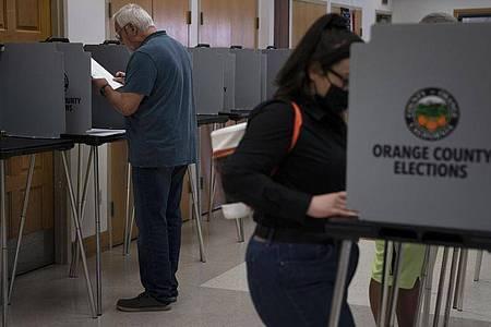 Die Wähler haben im US-Bundesstaat Kalifornien darüber abgestimmt, ob der demokratische Gouverneur Gavin Newsom vorzeitig aus dem Amt abgelöst werden soll. Vorläufigen Prognosen zufolge kann Newsom im Amt bleiben. Foto: Jae C. Hong/AP/dpa