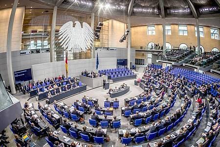 Die Übersicht zeigt den Plenarsaal während einer Sitzung des Deutschen Bundestages. Der Bundestag zählt derzeit 709 Abgeordnete, die Normgröße beträgt 598 Sitze. Foto: Michael Kappeler/dpa