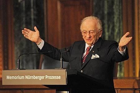 Benjamin Ferencz, der letzte noch lebende Chefankläger bei den Nürnberger Kriegsverbrecher-Prozessen, 2010 in Nürnberg. Foto: Armin Weigel/dpa