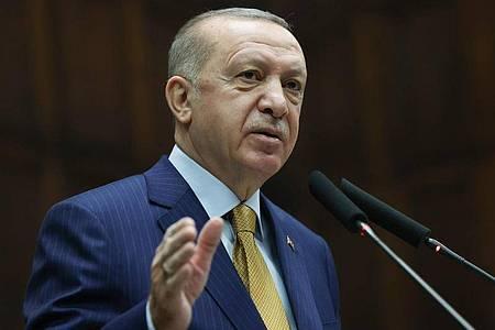 Recep Tayyip Erdogan, Präsident der Türkei, spricht zu Abgeordneten seiner Regierungspartei. Foto: Uncredited/Turkish Presidency/AP/dpa