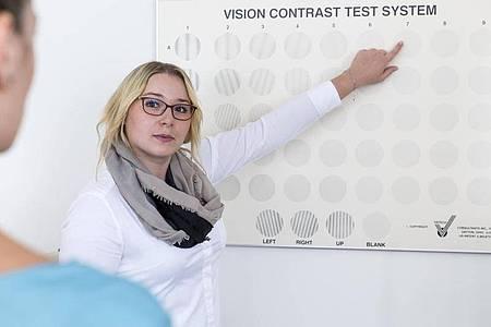 Ein Sehproblem kann etwas sehr Persönliches sein. Augenoptikerinnen müssen dann einordnen und erklären. Foto: Heike Skamper/ZVA/dpa-tmn