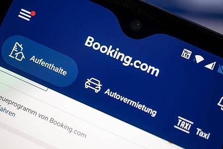 Auf einem Smartphone ist die App des Reiseportals Booking.com zu sehen. Foto: Fabian Sommer/dpa