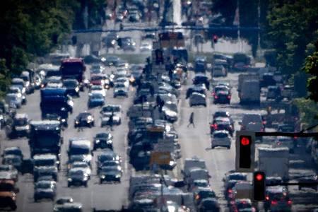Autos, LKW und Lieferfahrzeuge auf einer Autobahn in Berlin: Der Jahresgrenzwert für Stickstoffdioxid liegt bei 40 Mikrogramm je Kubikmeter Luft im Jahresmittel. Foto: Michael Kappeler/dpa