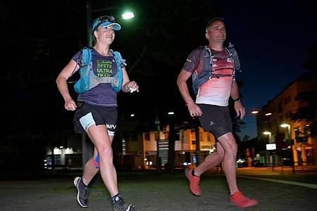 Die Extremsportlerin Steffi Saul (l) startet mit ihrem Mitläufer Erwin Bauer (r) einen 250-km-Spendenlauf. Foto: Bernd Weißbrod/dpa