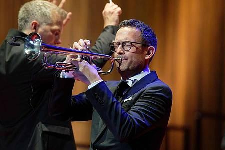 Till Brönner spielt Trompete bei der Verleihung der Europäischen Kulturpreise. Foto: Henning Kaiser/dpa