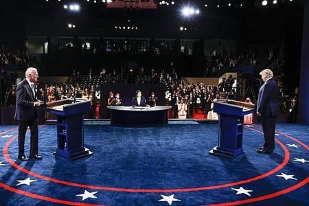 Donald Trump (r.) und Joe Biden beim letzten TV-Duell in der Belmont University. In der Mitte sitzt die Moderatorin Kristen Welker von NBC News. Foto: Jim Bourg/Reuters/AP/dpa