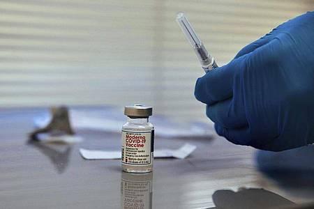 Ein Krankenpfleger bereitet eine Dosis des Moderna Covid-19-Impfstoffs in einem Krankenhaus in New York vor. Foto: Kevin Hagen/AP/dpa