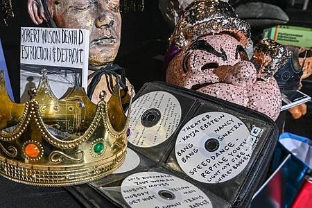 Die CD-Sammlung von Lars Eidinger sowie Masken und Kostümteile wurden versteigert. Foto: Jens Kalaene/dpa-Zentralbild/dpa
