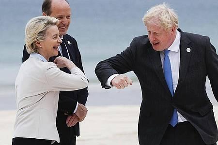 Der britische Premierninister Boris Johnson begrüßt Ursula von der Leyen, die Präsidentin der Europäischen Kommission, coronakonform per Ellenbogen Check. Von der Leyens Ehemann Heiko schaut zu. Foto: Phil Noble/Pool Reuters/AP/dpa