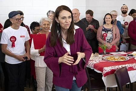 Jacinda Ardern bedankt sich bei den Mitarbeitern ihres Wahlkampfteams. Foto: Mark Baker/AP/dpa