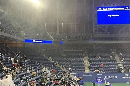 In das Louis-Armstrong-Stadion in New York regnet es trotz Überdachung hinein. Foto: Benno Schwinghammer/dpa