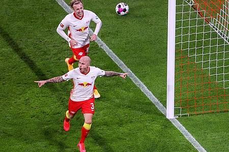 Leipzigs Angelino (vorn) und Emil Forsberg jubeln nach Angelinos Treffer zum 2:0. Foto: Jan Woitas/dpa-Zentralbild/dpa