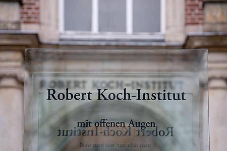 Der Eingang zum Robert Koch-Institut (RKI), in dem die aktuelle Lage zum Coronavirus beurteilt wird. Foto: David Hutzler/dpa