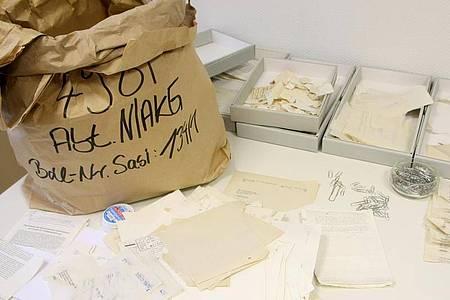 Zerrissene Dokumente der Stasi. Beim Zusammenbruch der DDR wurde noch versucht, die Dokumente der Bespitzelung und Einschüchterung zu vernichten. Foto: Philipp Brandstädter/dpa