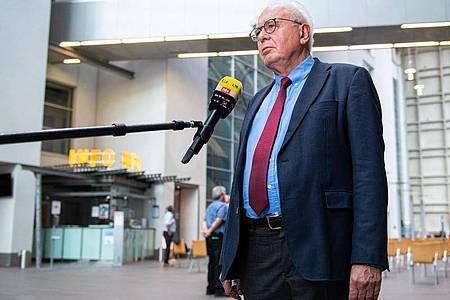 Kläger-Rechtsanwalt Elmar Giemulla in der Lobby des Oberlandesgerichtes. Foto: Guido Kirchner/dpa