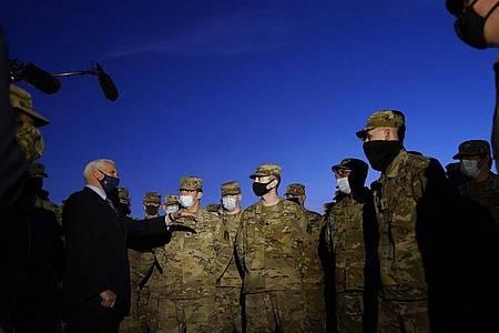 Mike Pence (l), Vizepräsident der USA, spricht mit Truppenmitgliedern der Nationalgarde vor dem US-Kapitol. Das FBI ist besorgt über potenzielle Gewaltakte rund um die Vereidigung des künftigen Präsidenten Joe Biden in der kommenden Woche. Foto: Alex Brandon/Pool AP/dpa