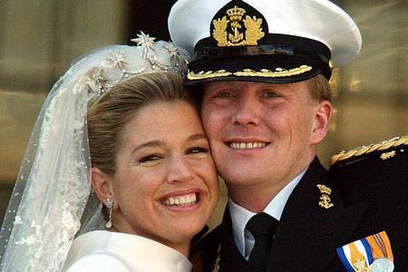Máxima und Willem-Alexander der Niederlande bei ihrer Hochzeit 2002. Foto: Boris Roessler/dpa