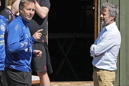 Kronprinz Frederik von Dänemark (r.) mit Dänemarks Träner Kasper Hjulmand (m.) beim Training der dänischen Nationalmannschaft. Foto: Martin Meissner/AP/dpa