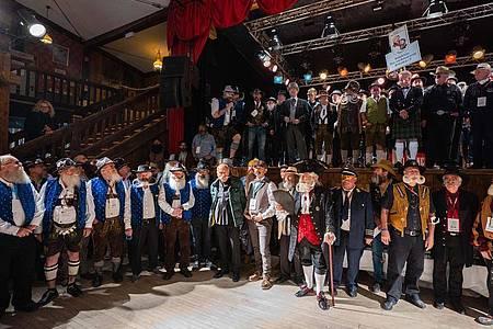 Die Teilnehmer der Bart-Olympiade in der Music Hall der Western-Stadt ?Pullman City?. Foto: Nicolas Armer/dpa