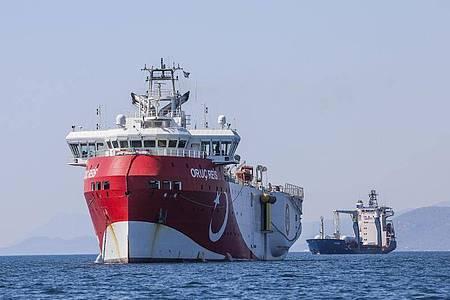 Ein türkische Forschungsschiff ankert im Mittelmeer - Zypern fordert von der EUStrafmaßnahmen gegen die Türkei. Foto: Ibrahim Laleli/DHA/AP/dpa