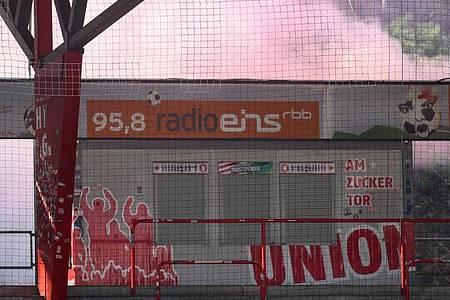 Rauchentwicklung hinter einer Tribüne im Stadion An der Alten Försterei. Foto: Andreas Gora/dpa POOL/dpa