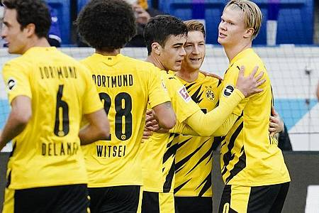 BVB-Torschütze Marco Reus (2.v.r.) wird von Teamkollegen gefeiert. Foto: Uwe Anspach/dpa