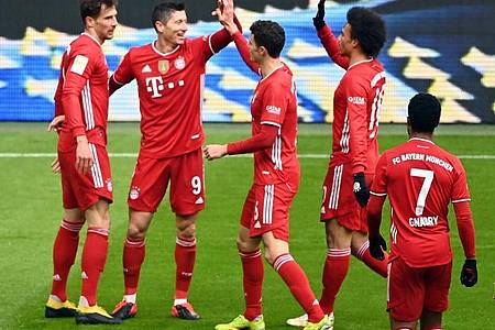 Torjäger Robert Lewandowski (2.v.l) war der gefeierte Mann beim Bayern-Sieg gegen Stuttgart. Foto: Matthias Balk/dpa POOL/dpa