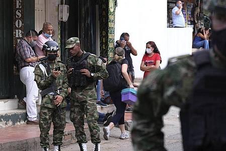 Bei einem Anschlag auf einen Militärstützpunkt im Osten Kolumbiens werden dutzende Menschen verletzt. Foto: Ferley Ospina/AP/dpa