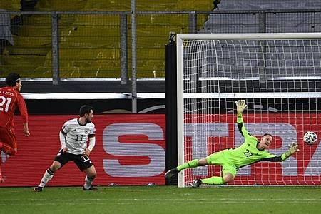 Eljif Elmas von Nordmazedonien (l) erzielt das Tor zur 2:1 Führung gegen Deutschland. Foto: Federico Gambarini/dpa