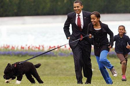 Malia Obama 2009 mit Familienhund Bo, gefolgt von damaliger US-Präsident Barack Obama und Sasha Obama. Foto: Ron Edmonds/AP/dpa